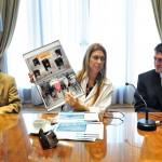 La Ministra de Industria de la Nación, Débora Giorgi, muestra el catálogo de Forza Calefacción en el encuentro nacional de PYMES